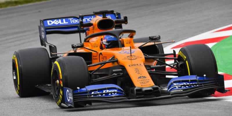 McLaren díky Sainzovi dál včele, Vettel boural