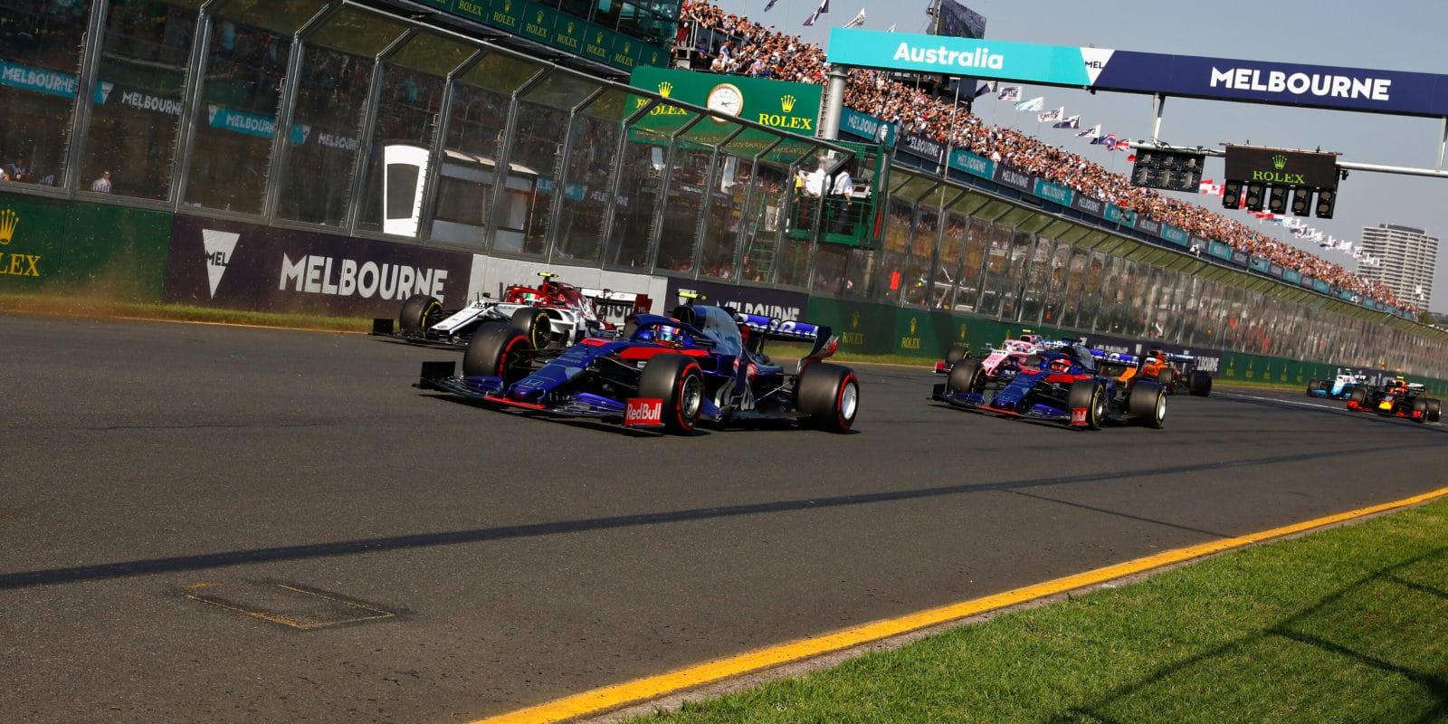 Jezdci přes nová křídla nevidí na světla, FIA hledá řešení