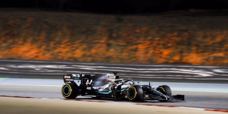 Pouštní drama vyhrál Hamilton, tragédie pro Ferrari aRenault