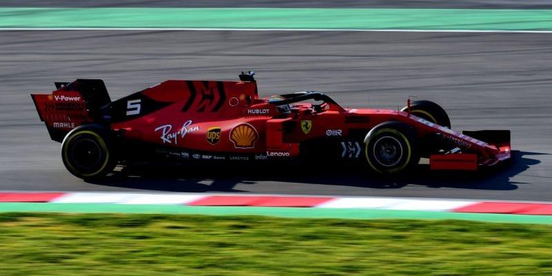 Poslední den předsezónních testů těsně ovládl Vettel