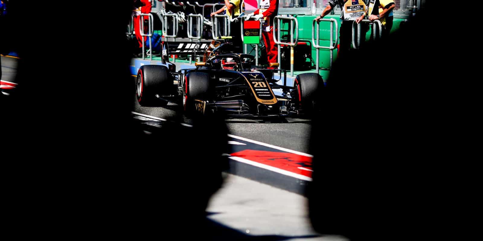 Magnussen: Šílené, že jsou některá auta rychlejší než my