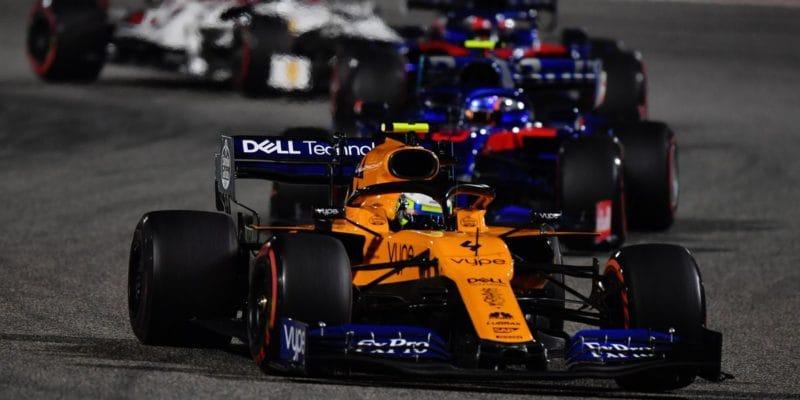 Norris si připsal první body, Sainz opět nedokončil