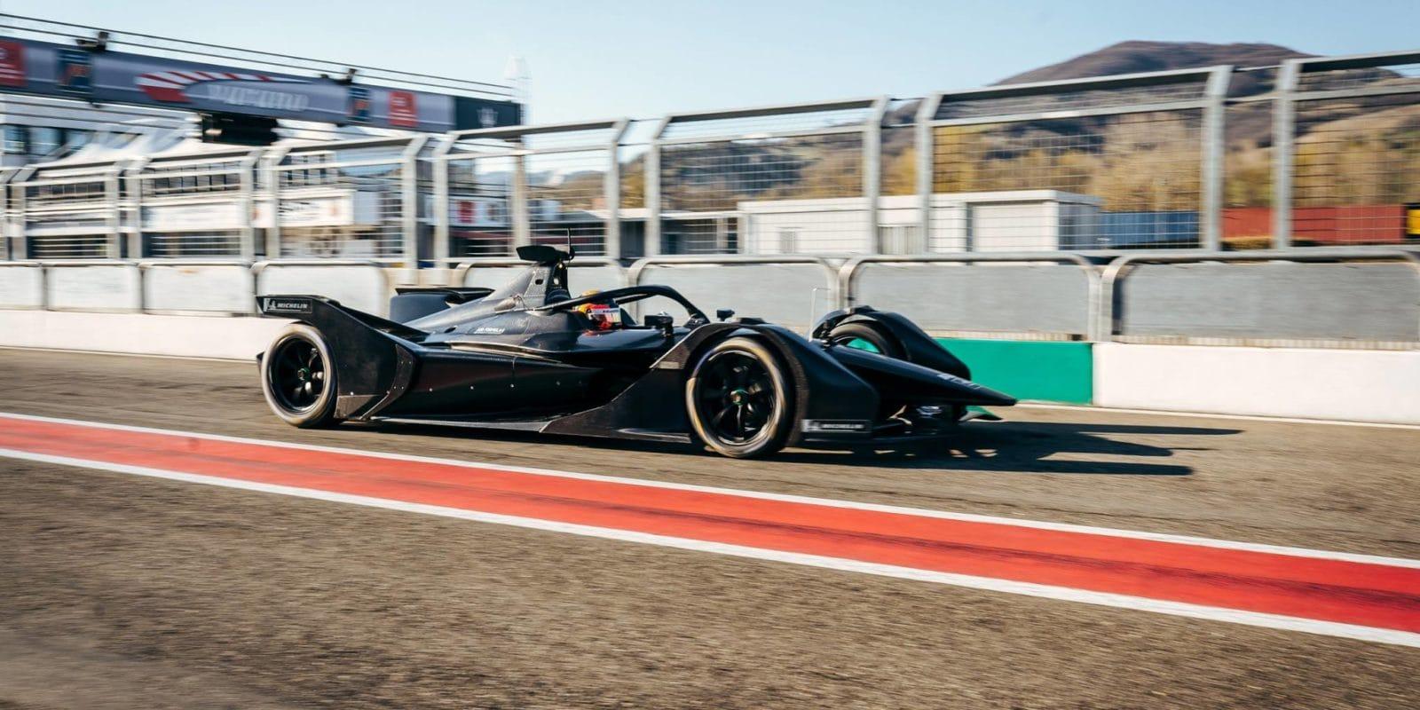 Vůz Mercedesu pro Formuli E byl poprvé na trati