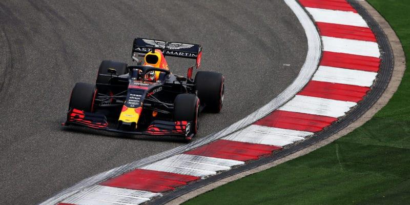 Rozhořčený Verstappen viní soupeře, že nestihl poslední kolo