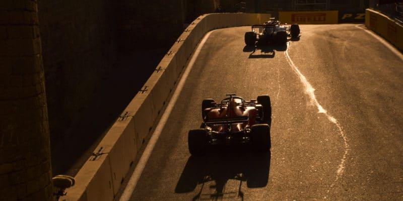 Kolik vozů F1 se vejde vedle sebe v pasáži u hradu?