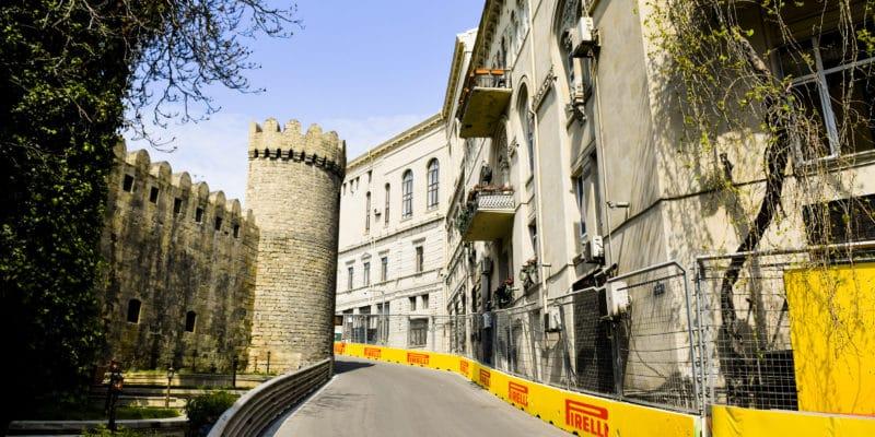 První trénink v Baku už po 10 minutách ukončil uvolněný kanál