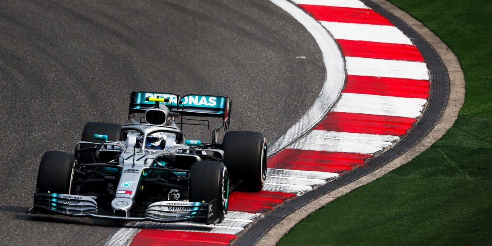 Odpoledne Vettela těsně překonal Bottas, drží se i Red Bull