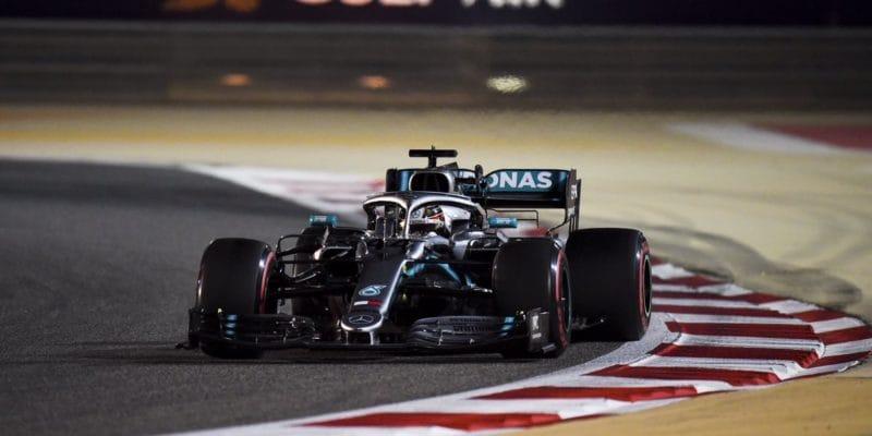 Hamilton brání Vettela: Ivícenásobný šampión může chybovat