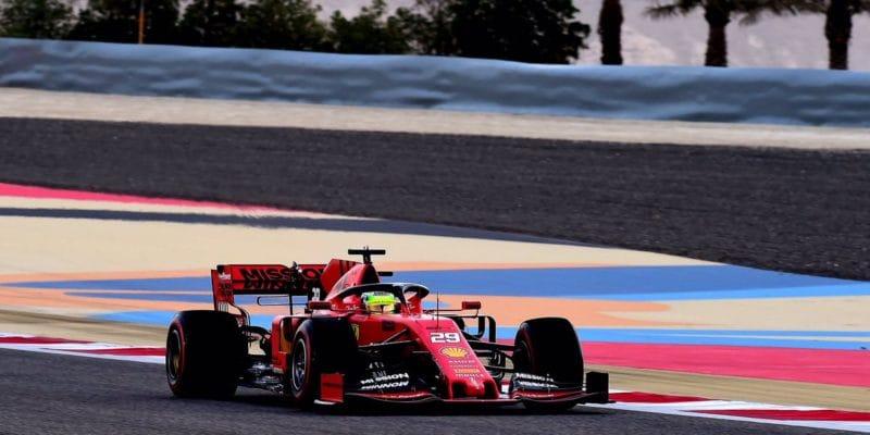 Testy v Bahrajnu: Mick Schumacher ve Ferrari, Alonso zpět za volantem