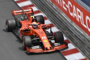 Poslední volný trénink pro Leclerca, Vettel havaroval