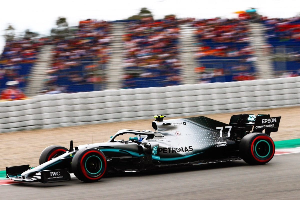 Pole position pro pekelně rychlého Bottase, Ferrari na míle daleko
