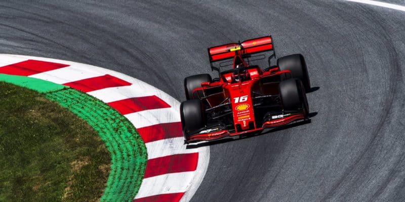 Leclerc cítí, že je Vettel v závodech silnější