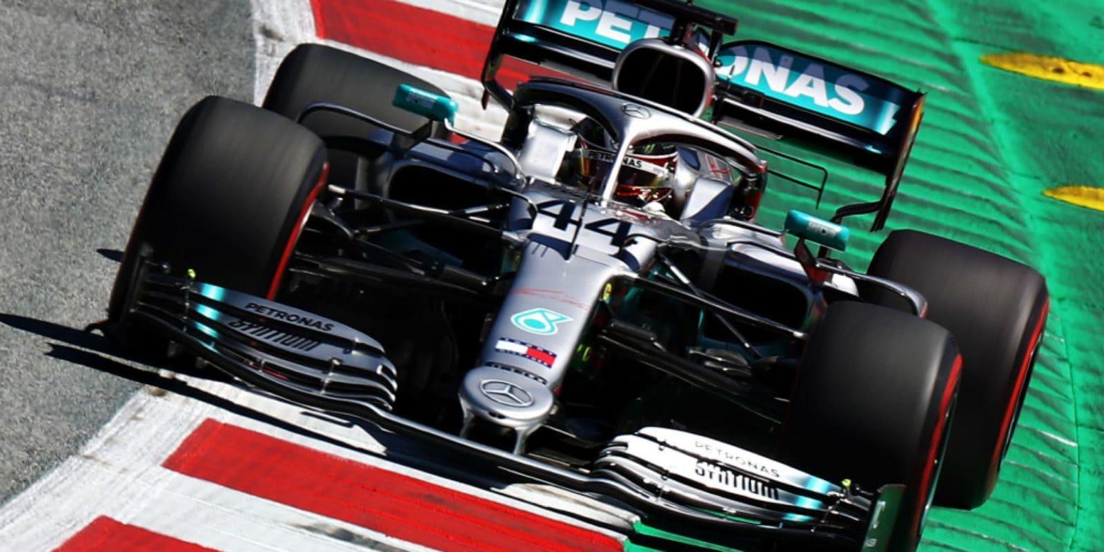 Hamilton dostal trest tří míst, ale odstartuje čtvrtý – jak to?