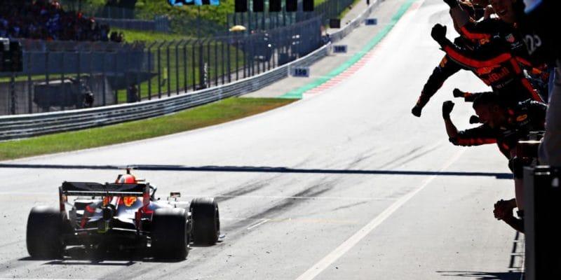 V Rakousku vítězí postíhací jízdě Verstappen