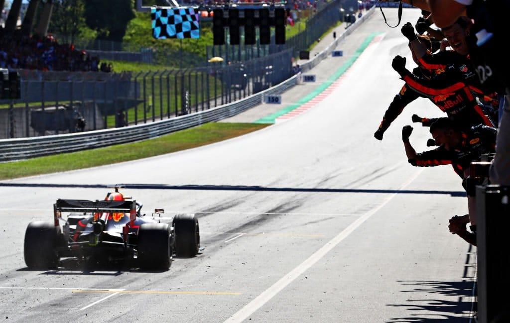 V Rakousku vítězí po stíhací jízdě Verstappen