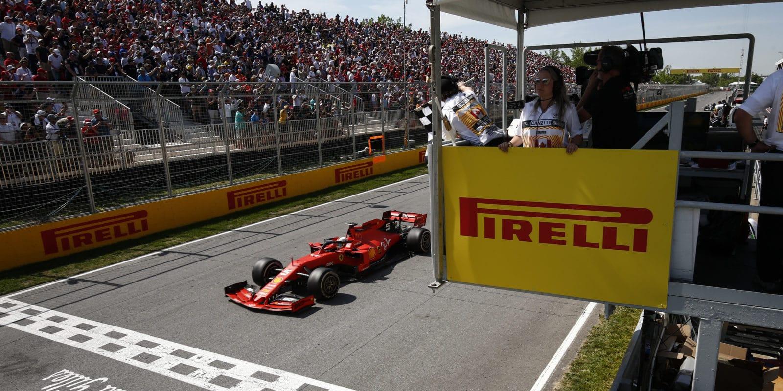 Do Formule 1 se vrátí fyzická šachovnicová vlajka