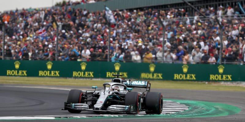 Napínavý závod ve Velké Británii vyhrál Lewis Hamilton