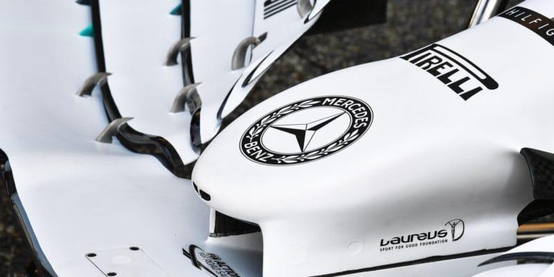 Proč je zbarvení Mercedesu napůl bílé?