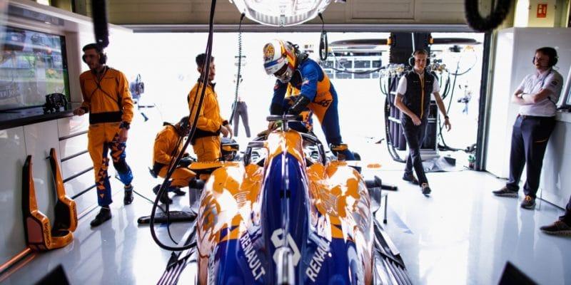 "Sainzův motor ""žije"", Norris klesne nastartu"