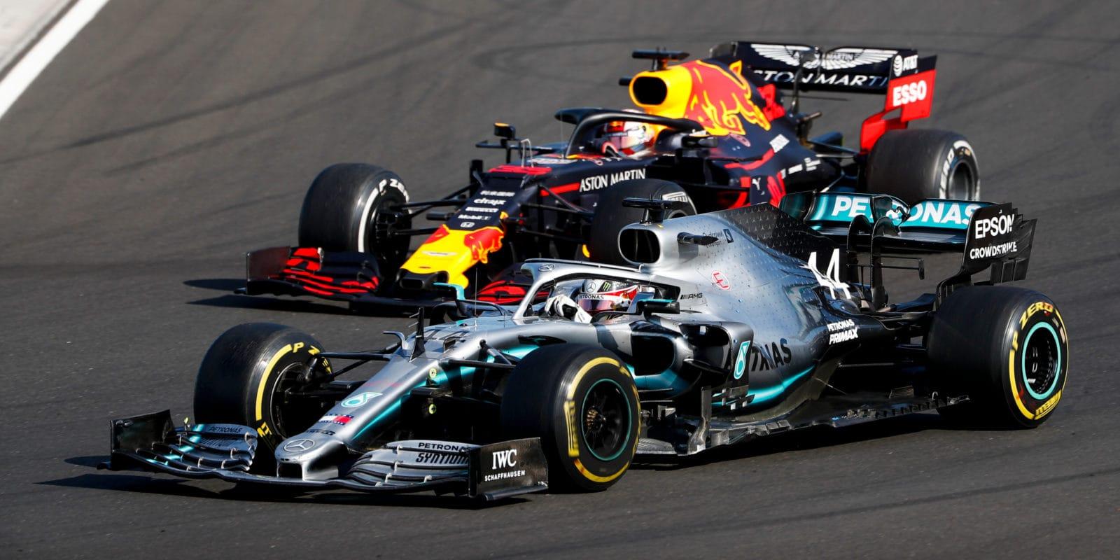 Hamilton: Před závodem tým dvě zastávky vylučoval