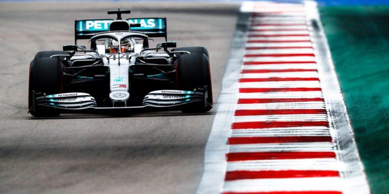 Závod vSoči vyhrál Lewis Hamilton, Vettel odstoupil