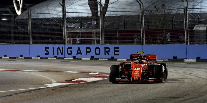Kvalifikaci vulicích Singapuru vyhrál Charles Leclerc