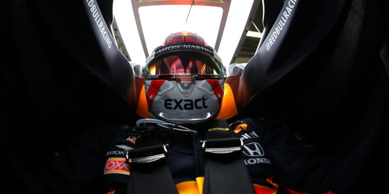 Max Verstappen se propadne na startovním roštu
