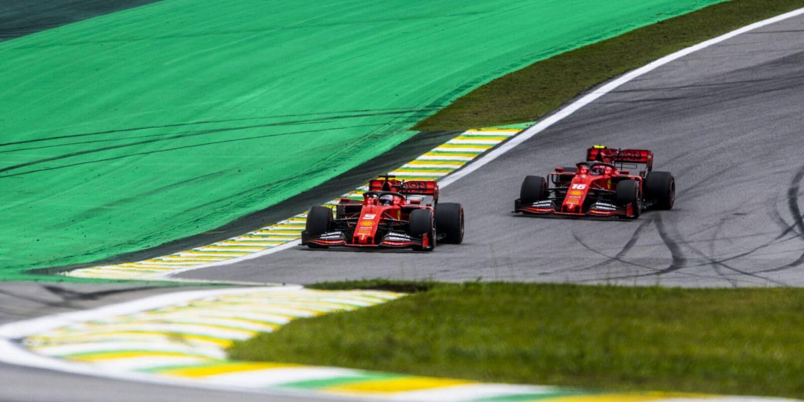 Piloti Ferrari musí na kobereček před komisaře
