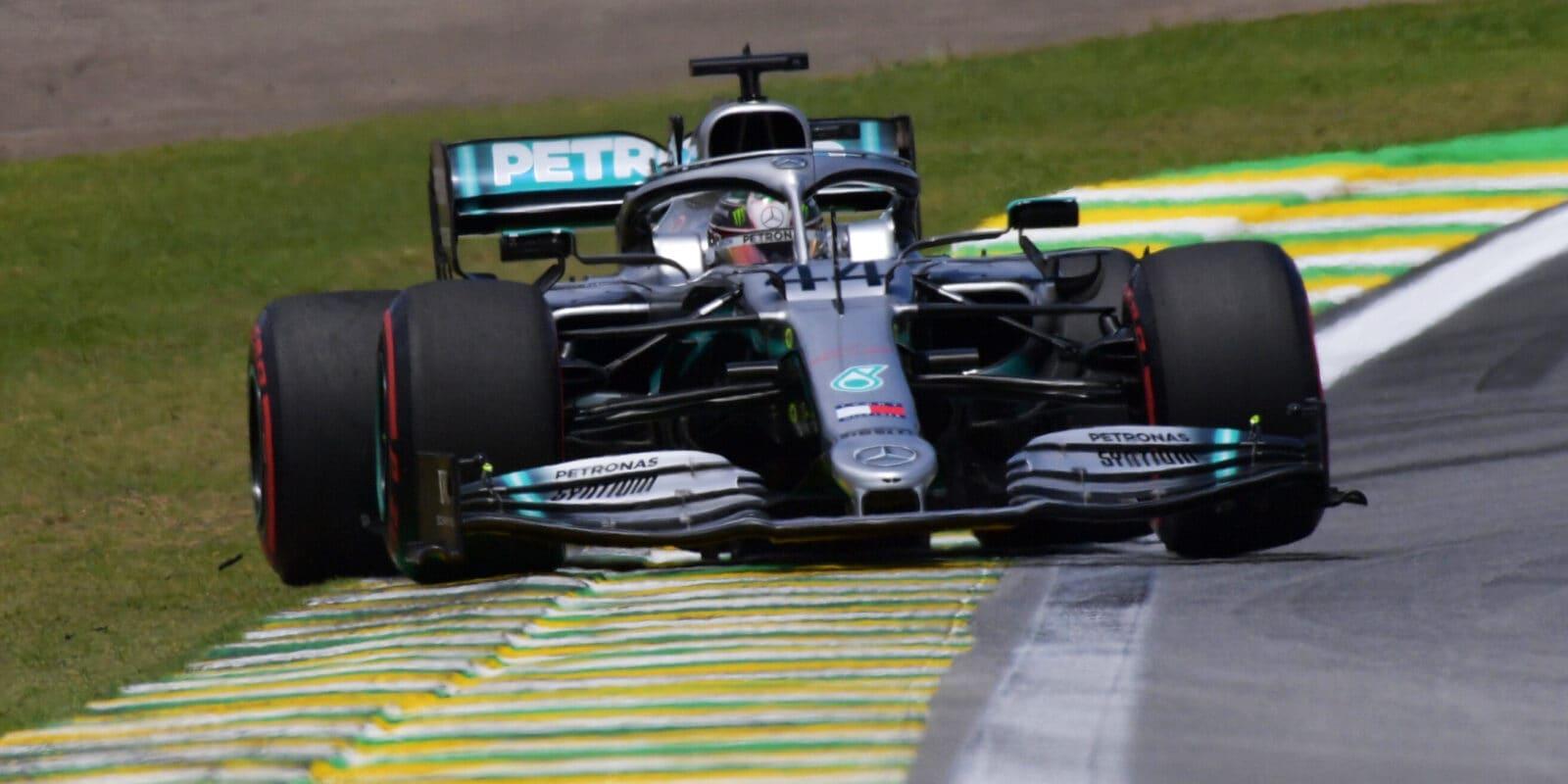 Hamilton potrestán, prvního pódia se dočkal i Sainz
