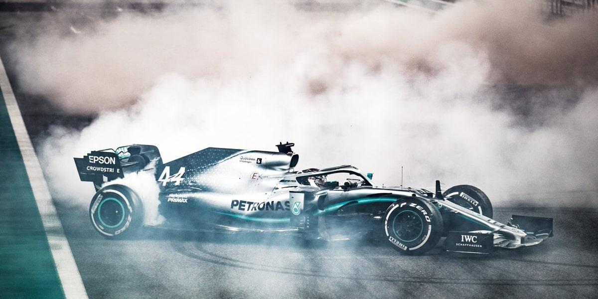 Hamilton patří mezi top 5 pilotů historie, říká Grosjean