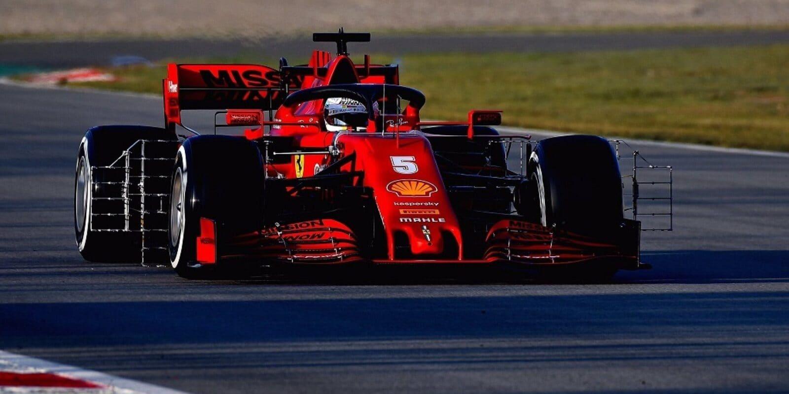 Hodiny, kačírky, technické problémy: Chaotický čtvrtek patřil Vettelovi