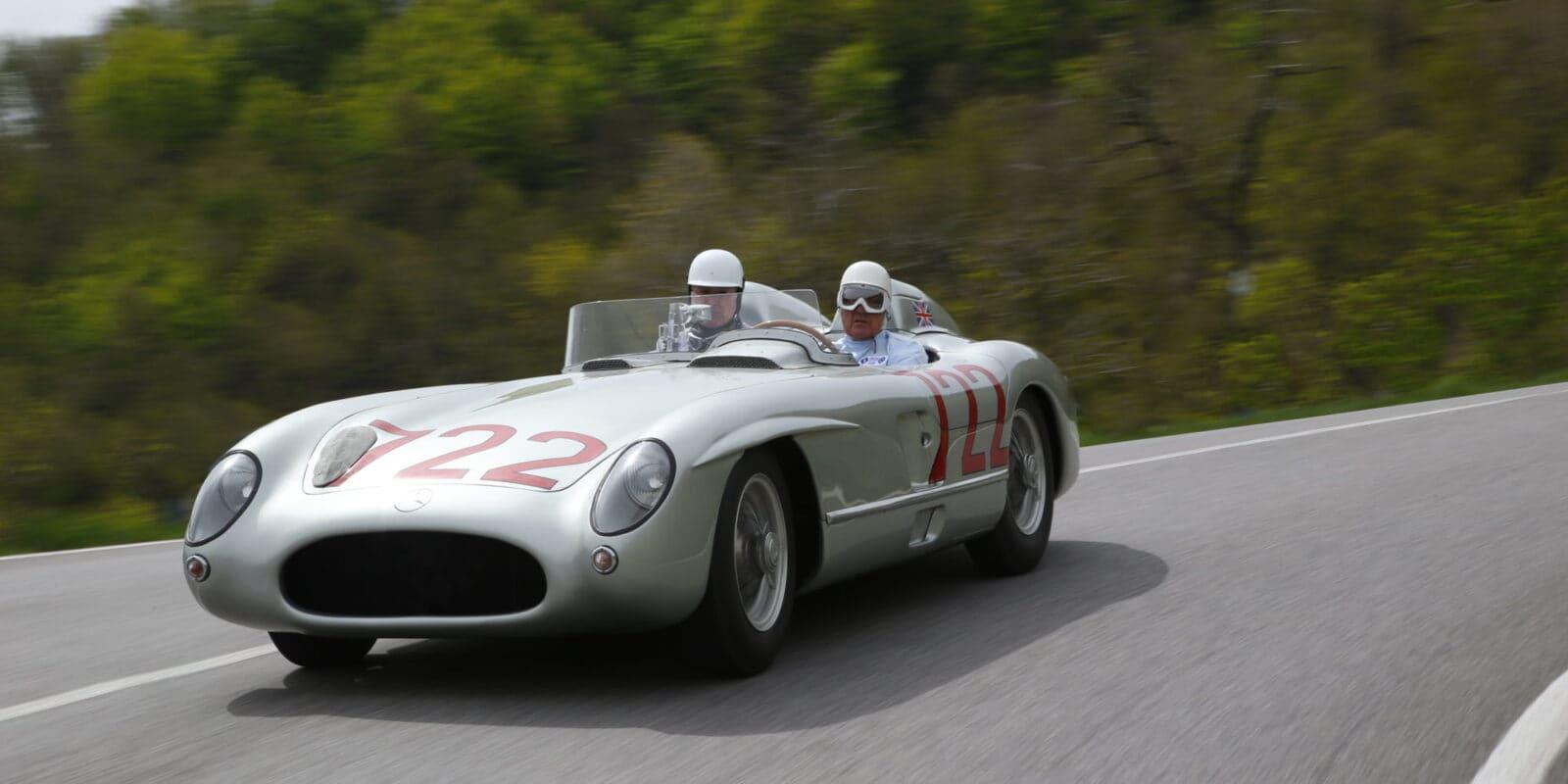 Moss ve voze Mercedes Benz 300 SLR, se kterým vyhrál 1000 mil Mille Miglia