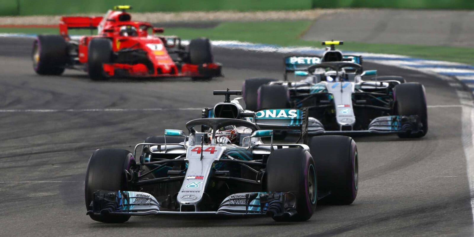 Mercedes a Ferrari budou před sezónou testovat