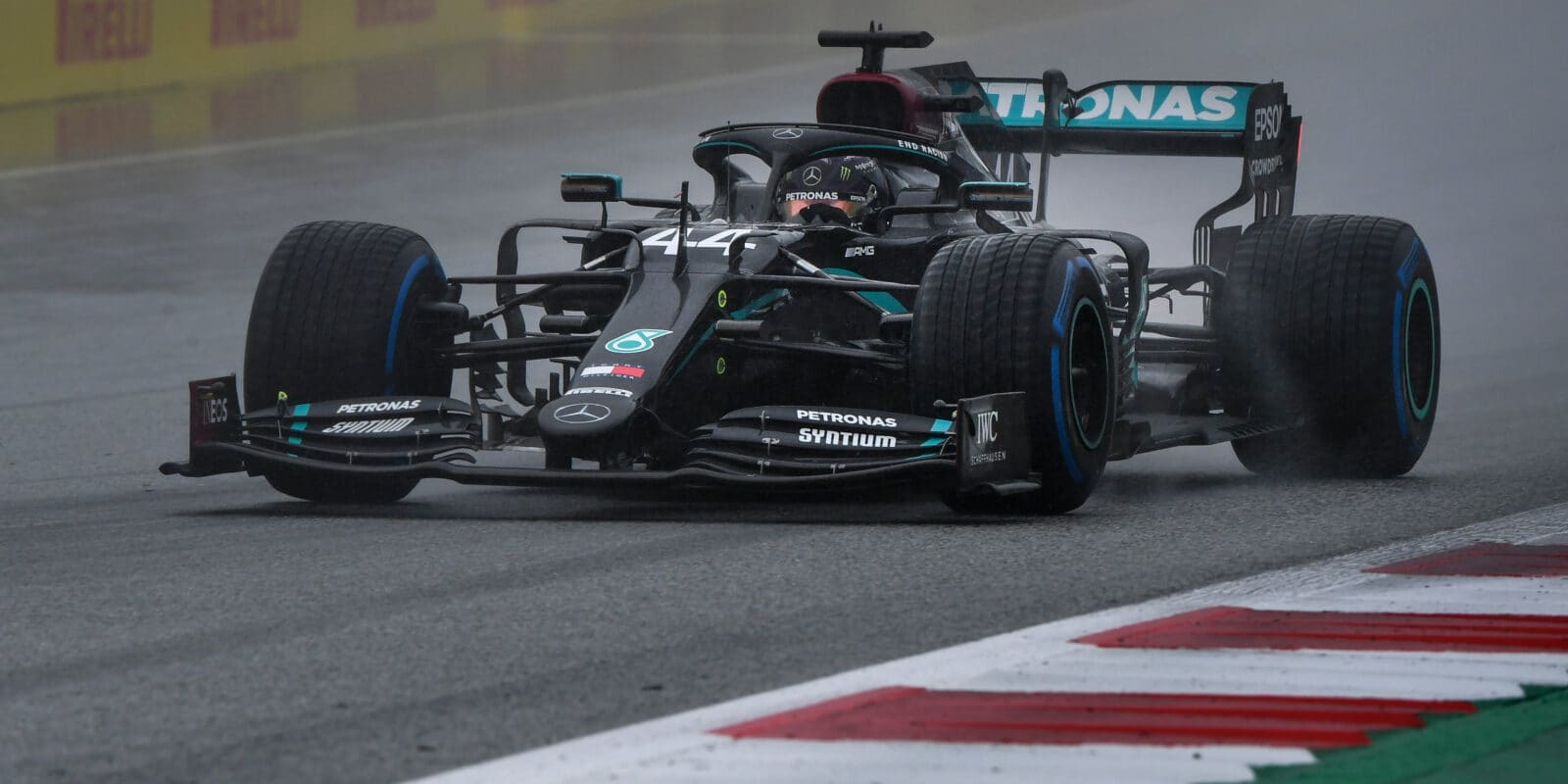 Odloženou kvalifikaci vyhrál o sekundu Lewis Hamilton