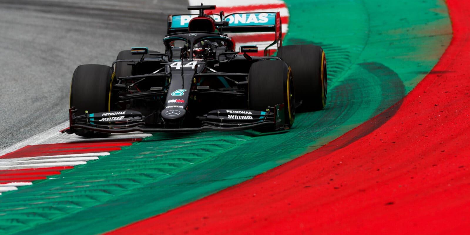 VC Štýrska vyhrál Lewis Hamilton, blamáž pro Ferrari