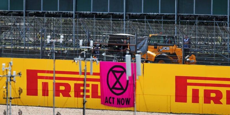 Ekologičtí aktivisté pronikli v neděli na závodní trať