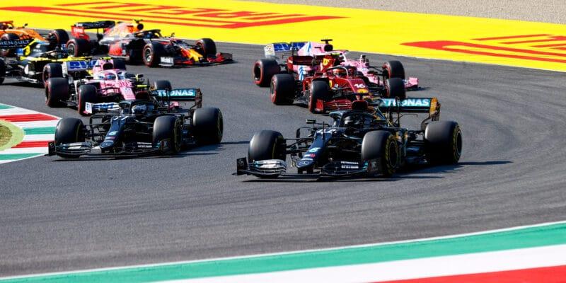 Jubilejní a chaotický závod Ferrari vyhrál Hamilton