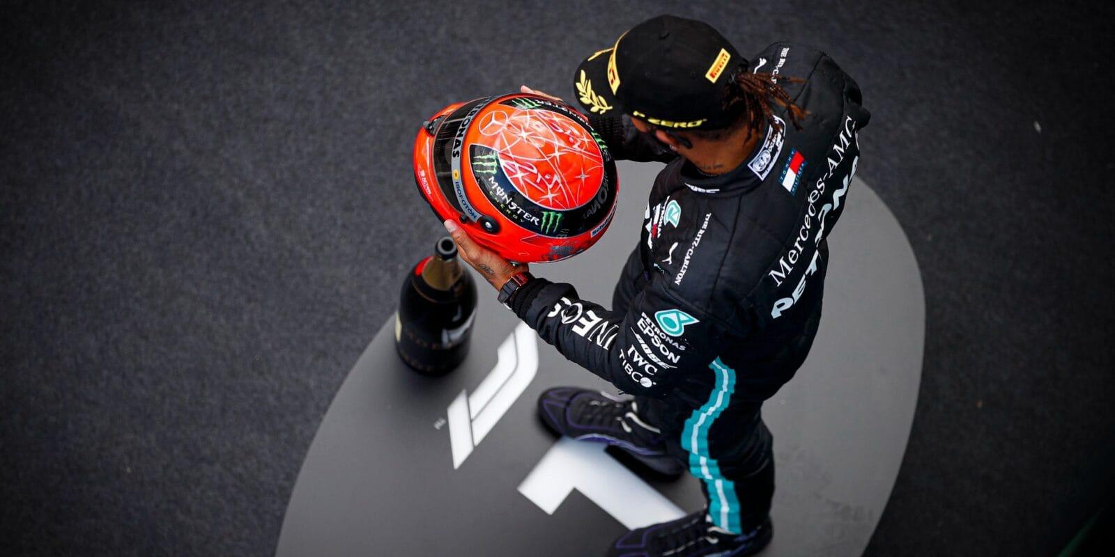 Hamilton dorovnal Schumacherův rekord a obdržel jeho helmu