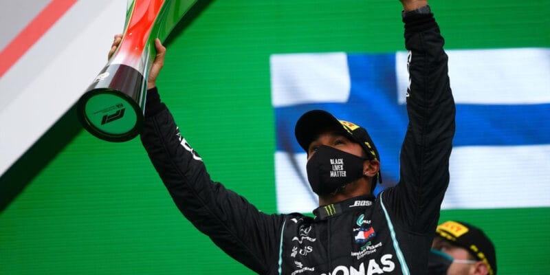 Hamiltona potrápila v cestě za rekordem křeč