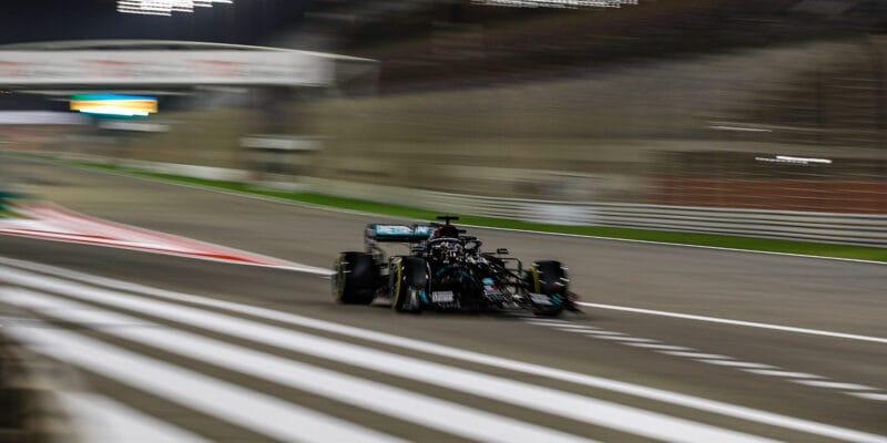Noční kvalifikaci v Bahrajnu ovládl Lewis Hamilton