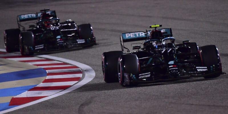 Bottas ostrážil pole position, Russell skončil druhý