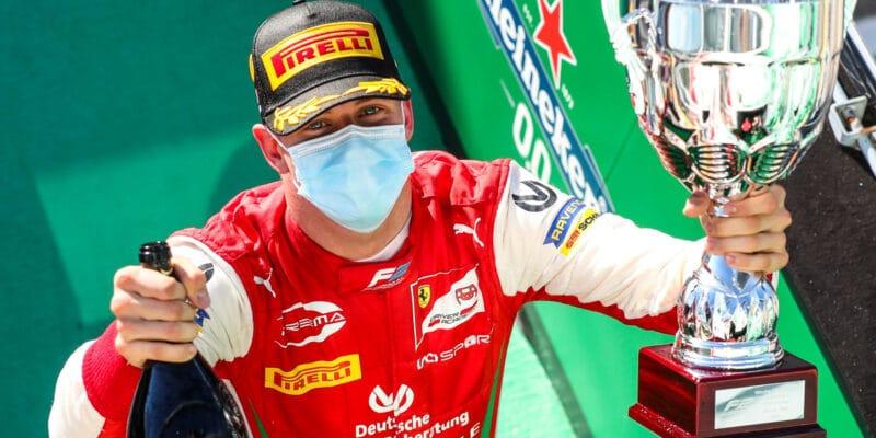 Mick Schumacher se stal šampionem formule 2