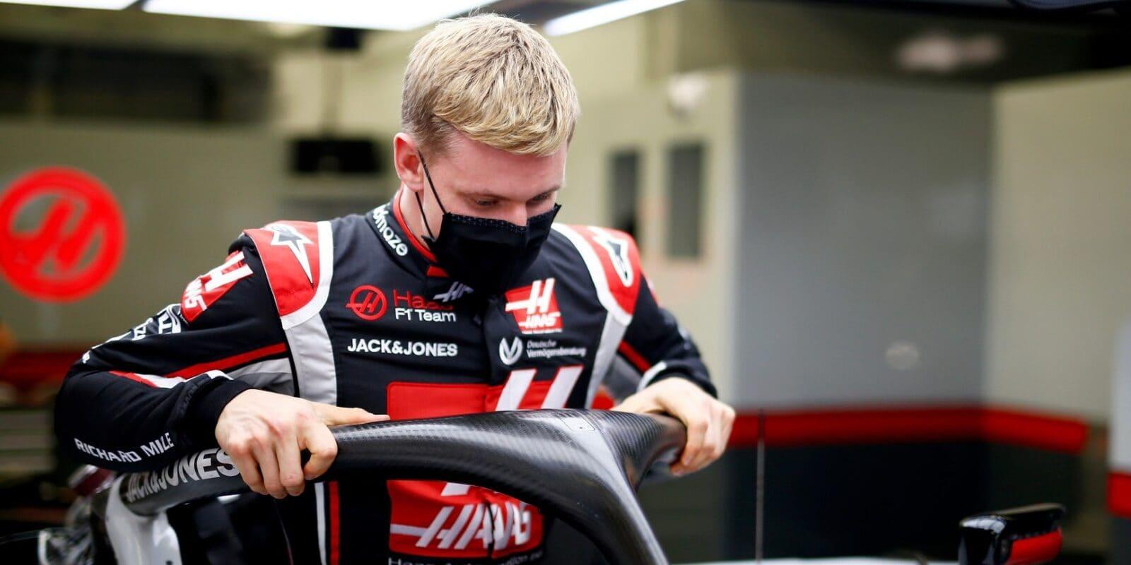 Schumacher: Haas vie, prečo si vybral nováčikov