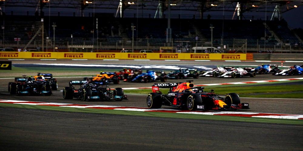 Pouštní bitvu v Bahrajnu vyhrál Lewis Hamilton