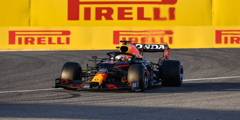 """Verstappen: Bylo by od Red Bullu """"hloupé"""" si myslet, že je před Mercedesem"""