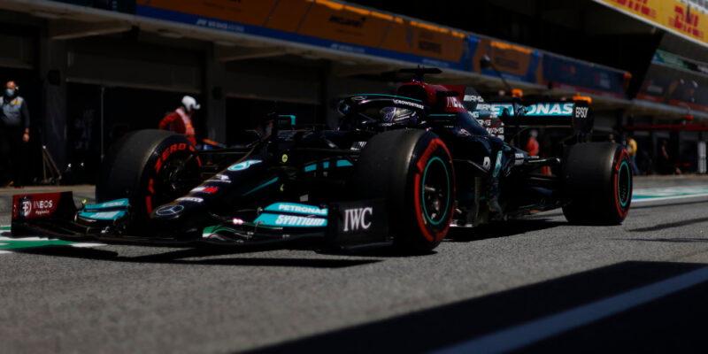 Hamilton získal v Barceloně stou pole position v kariéře