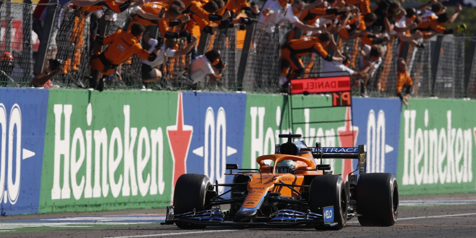 Vestappen skončil na Hamiltonovi, závod vyhrál Ricciardo