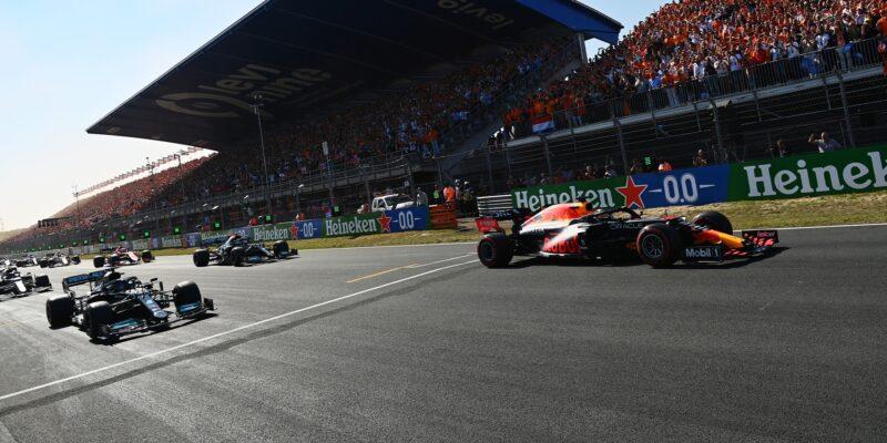Strategickou bitvu v oranžovém šílenství vyhrál Verstappen